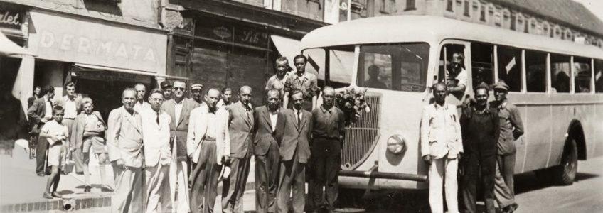 A Széchenyi térről Szabolcsra indul az első megjavított autóbusz. A képen kalappal a kezében dr. Boross István főispán, bal oldalán Tolnai József polgármester. JPM – Helytörténeti Gyűjtemény F. 638